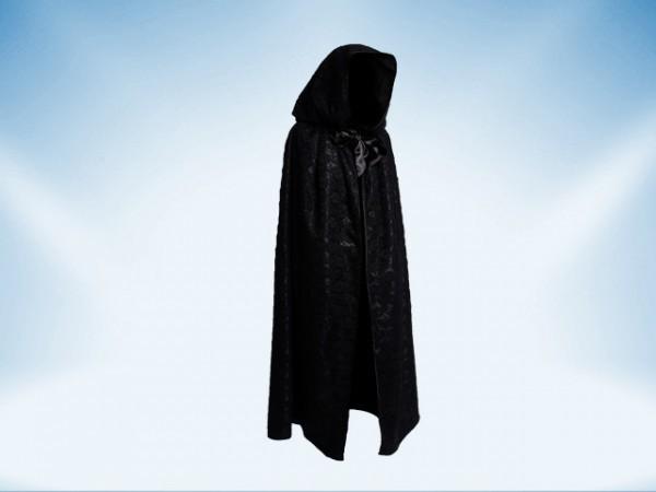Capa negra con capuchón cubierta con encaje