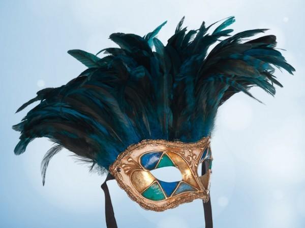 Máscara de plumas azules para fiesta