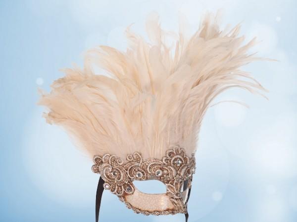 Máscara de plumas blancas con plateado