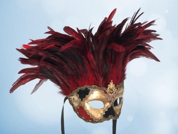 Máscara de plumas rojas